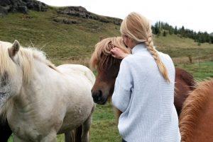 kobieta-głaszcze-konia